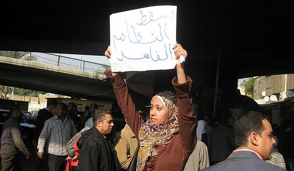 protestierende frau in kairo am 25.1.2011 - foto: mahmoud saber (creative commons)