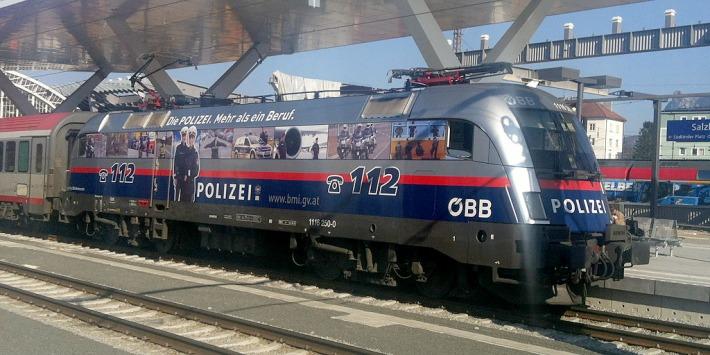 polizei fährt bahn - foto: bernhard jenny